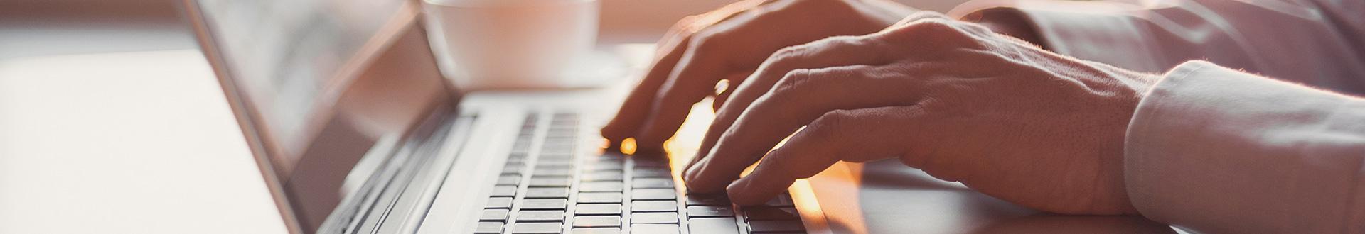 palce na klawiaturze